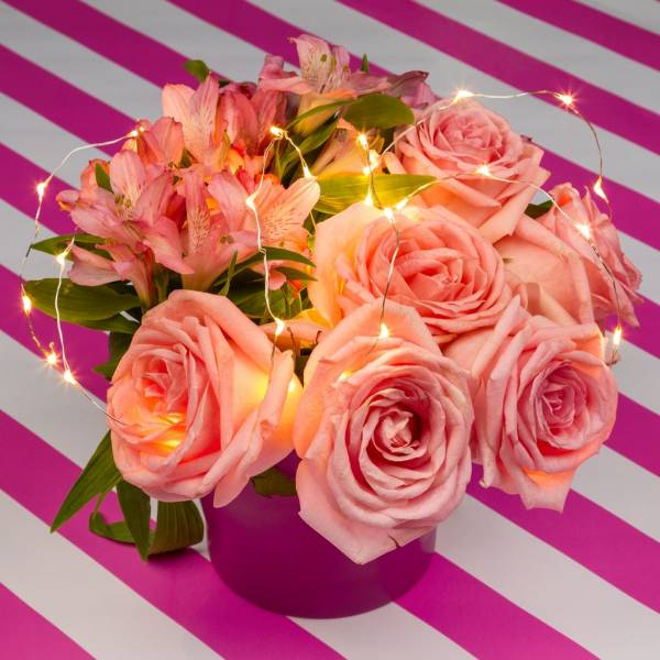 Mini cascade lumineuse piles composition florale mariage