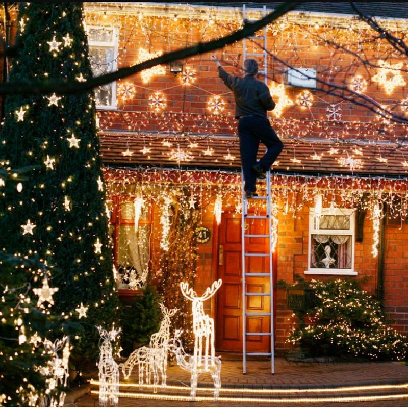 Comment installer vos guirlandes lumineuses extérieures de Noël comme un pro ?