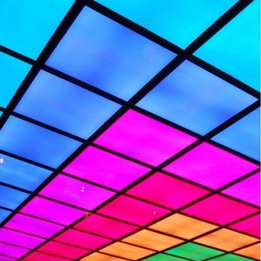 Dalles LED de plafond multicolores, pour une ambiance fun et colorée, parfaite pour les bars et discothèques