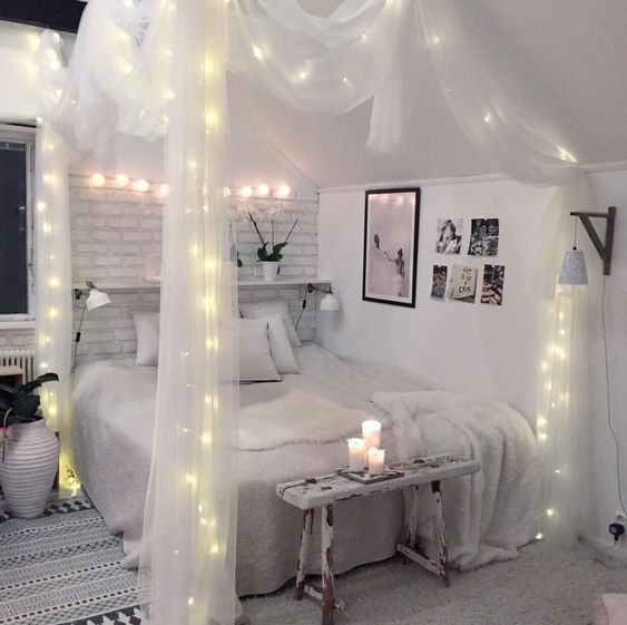 Guirlande lumineuse sur lit à baldaquin