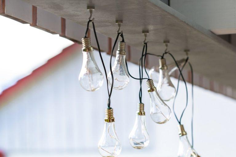 Quel sont les différents systèmes d'accroches existants pour fixer une guirlande lumineuse  ?